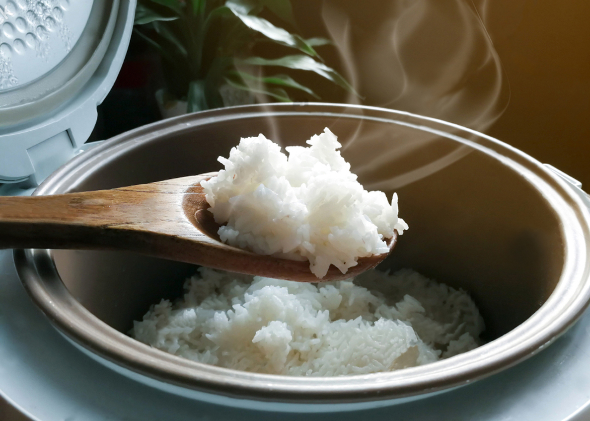 stock-photo-jasmine-rice-cooking-in-electric-rice-cooker-with-steam-soft-focus-rustic-tone-picture-1022661706OK_1188
